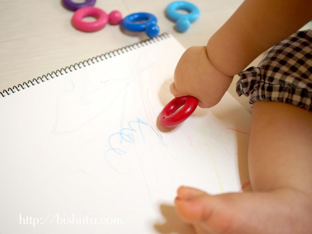 クレヨンでお絵描きをする赤ちゃん