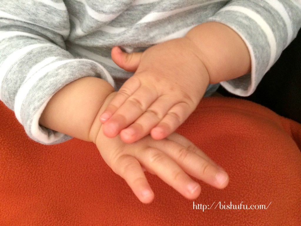 真似して手をすり合わせる赤ちゃん
