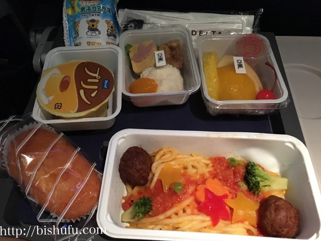 デルタ航空の子供用機内食で出たチャイルドミール(ミートボールのトマトパスタ、パンのような甘いお菓子とプリン)