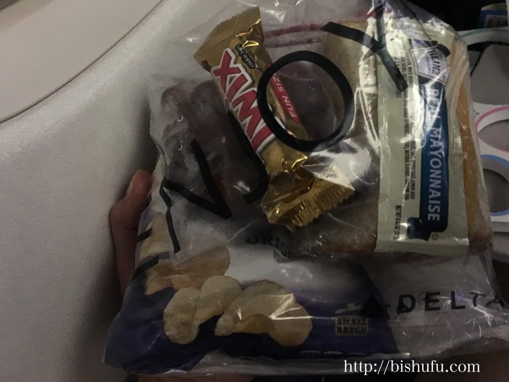 機内食2日目の軽食(チョコ、キャラメルポテトチップ)
