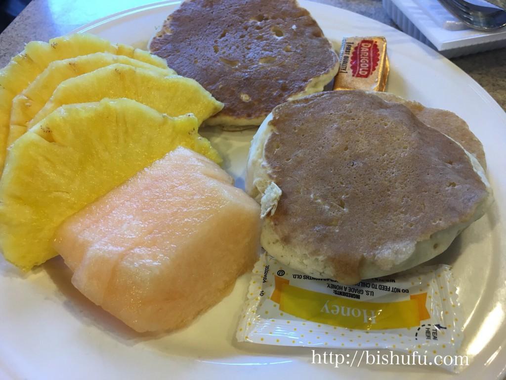 エンバシースイーツホテル子供用の朝食(パンケーキとフルーツ)