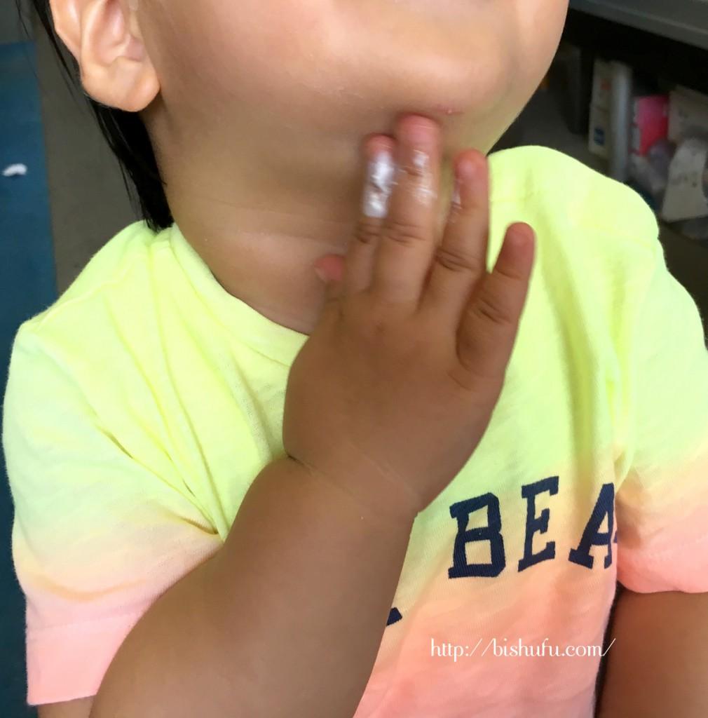 ラニカイベビーローションを使う赤ちゃん