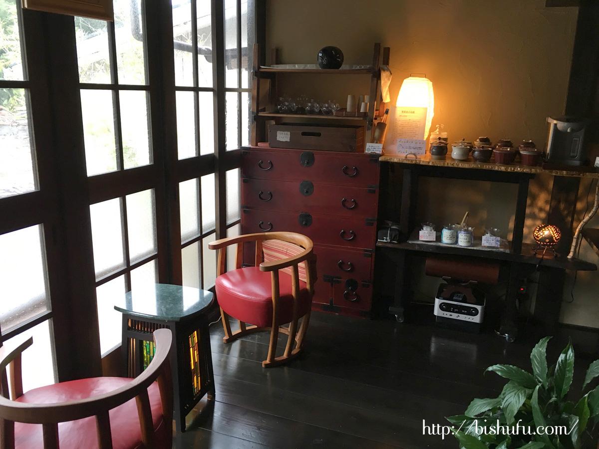 館内にある、無料で楽しめるワインや地酒の試飲コーナー