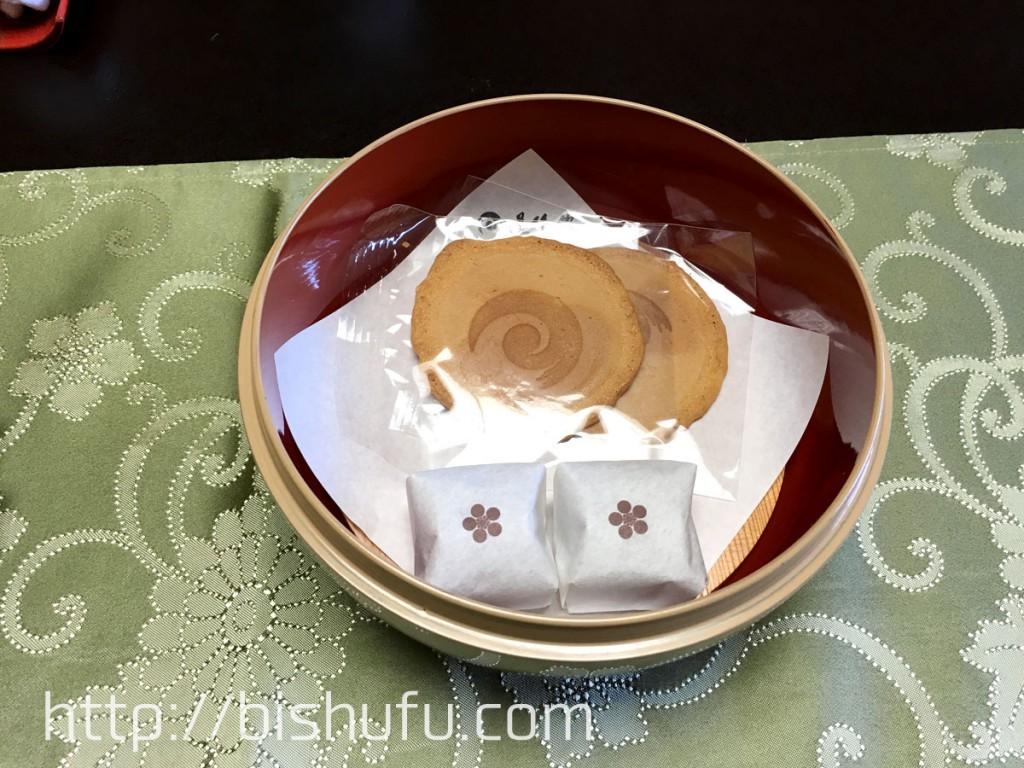 山田屋まんじゅうと道後館オリジナルの手焼き玉子せんべい