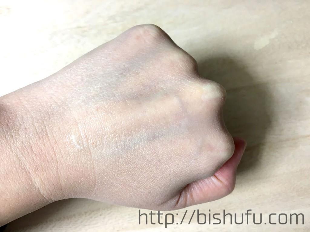 レチノAを手の甲に塗って浸透させた画像